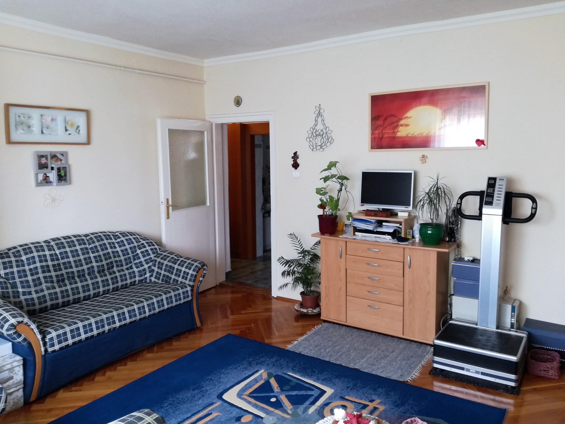 Szombathelyen a KISZ-en 1.emeleti 63 nm-es 2+fél szobás lakás eladó.